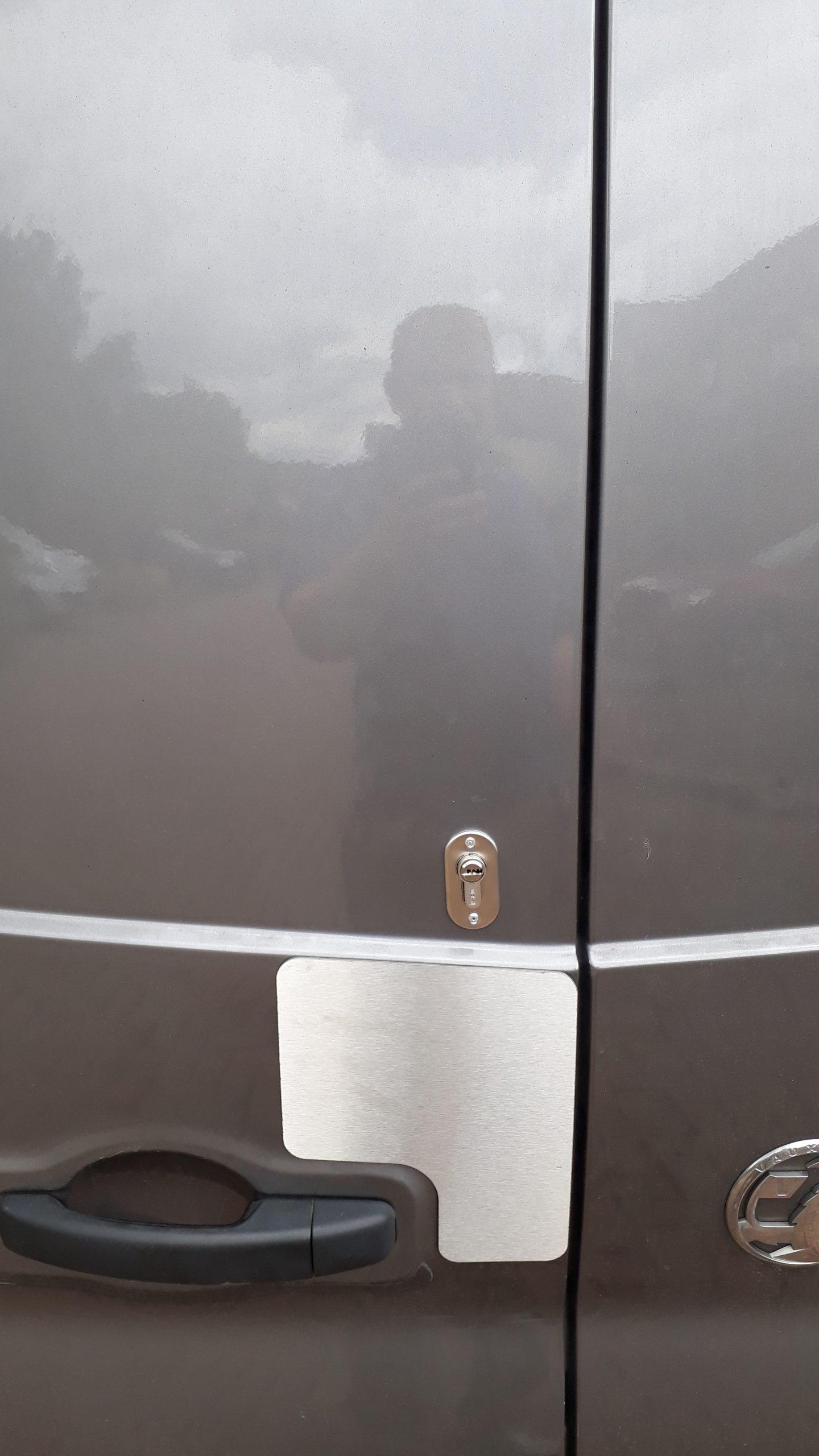 Traffic-Vivaro rear door plate